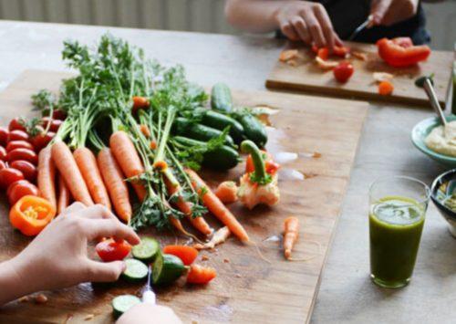 Kinderen leren snijden? Laat ze oefenen met een bot mes en zachte groente/fruit zoals een banaan of komkommer.